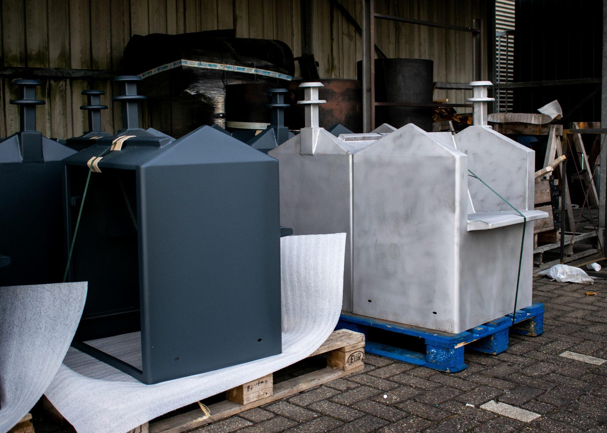 Ontlakte vuilnisbakken van De Roteb (Rotterdamse reiniging), getransformeerd tot stoel (situatie voor en na).